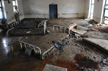 Больница в Ле, полностью затопленная грязью. Фото: Tengku BAHAR/Getty Images