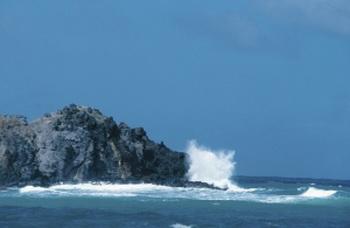 Волны, бьющиеся о скалу. Фото с сайта Photo.com