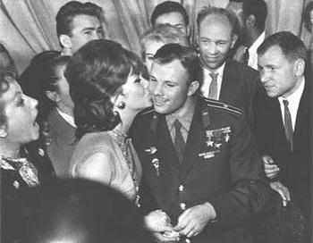 Ю.А.Гагарин и Джина Лолобриджита. Фото с сайта All-photo.ru.