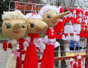 Мартеницы - красные и белые украшения из пряжи, сделанные для «Бабы Марты» (Бабушки Марта), древнего болгарского праздника, начинающегося 1 марта, в который отмечают приход весны. Фото с сайта theepochtimes.com