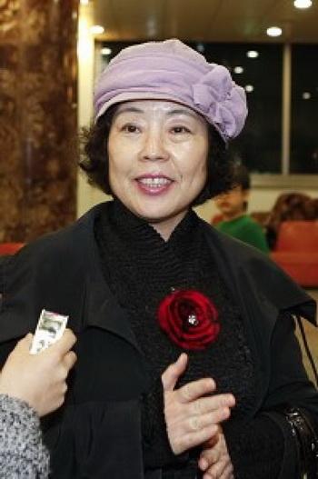 Г-жа Чжон Сук обучает литературе. Фото с сайта theepochtimes.com