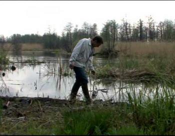 На этой речке ловят рыбу, а по мосту ездят машины. Счетчик Гейгера показывает данные, подобные тем, которые были во время аварии в Чернобыле. Фото с сайта epochtimes.de