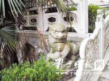 Один из каменных львов перед храмом. Фото: Yang Zi News