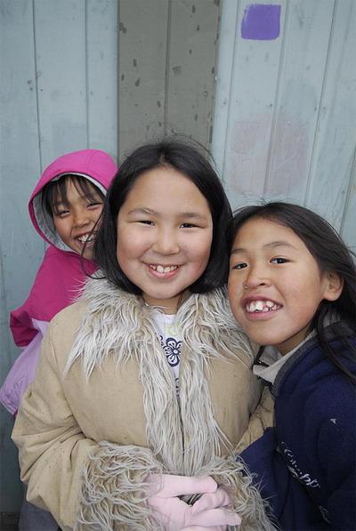 Дети инуиты: художник был встречен улыбающимися и любопытными детьми во время визита в Пангнитанг.  Фото с сайта  theepochtimes.com