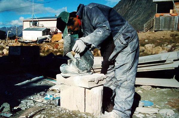 Скульптор за работой:  в деревне инуитов можно увидеть за работой скульпторов. Фото с сайта  theepochtimes.com