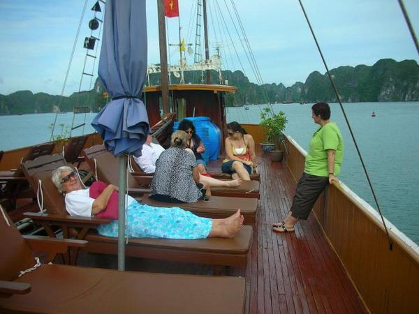 Отдых на палубе: участники туристической группы отдыхают на корабле в бухте Халонг. Фото с сайта theepochtimes.com