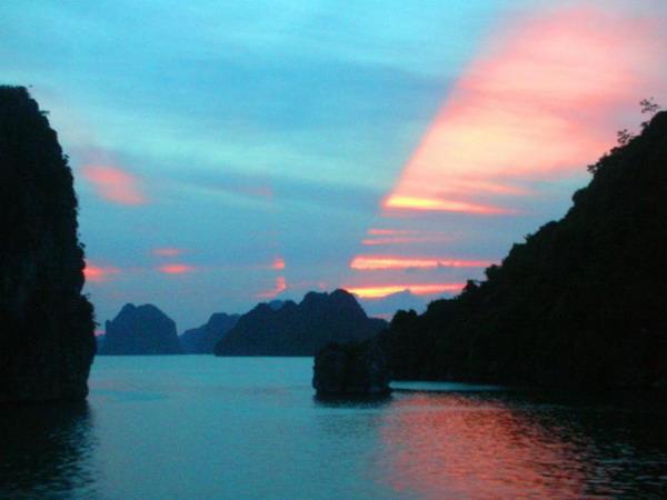 Восторженный взгляд: вечерний закат подчеркивает  красоту бухты Халонг с ее известняковыми островами, гротами и пещерами. Фото с сайта theepochtimes.com