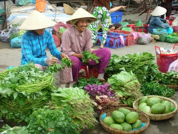 Приветствия: милая улыбка сопровождает торговлю рынке Хой Ан. Фото с сайта theepochtimes.com