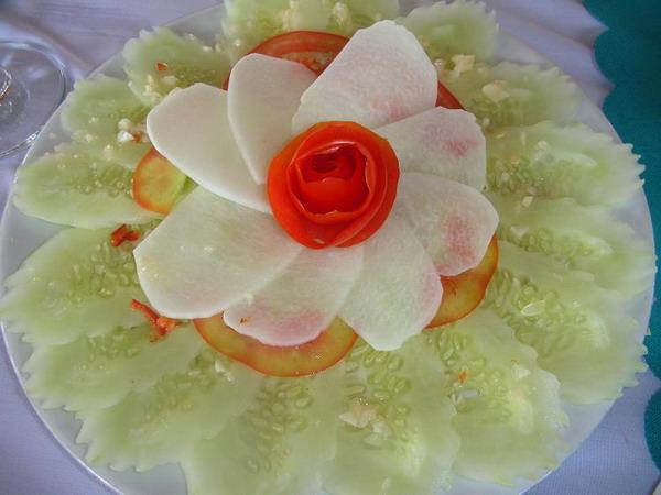 Тарелка мира: овощи, изящно вырезанные в форме цветка лотоса, были поданы на лодку в заливе Халонг. Фото с сайта theepochtimes.com