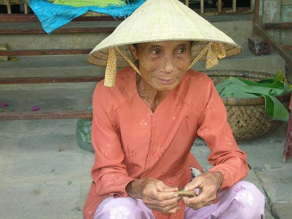 Покой: короткий отдых женщины на рынке в Хой Ан. Фото с сайта theepochtimes.com