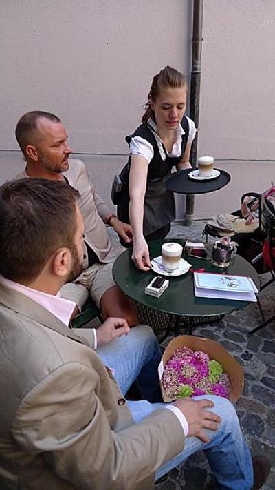 Уютное кафе. Меценаты наслаждаются послеобеденным эспрессо-кофе Conditorei. Фото с сайта theepochtimes.com