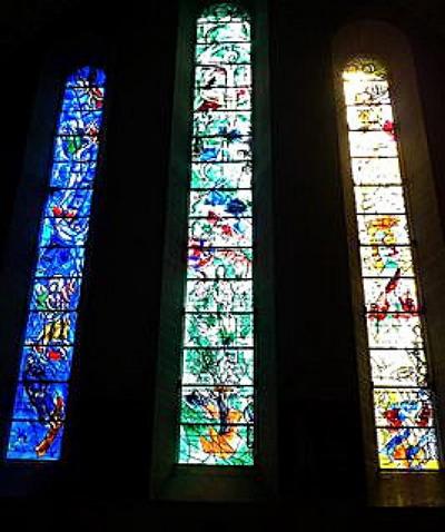 Всемирно известная красота: витражи Марка Шагала в церкви Fraumuenster. Фото с сайта theepochtimes.com