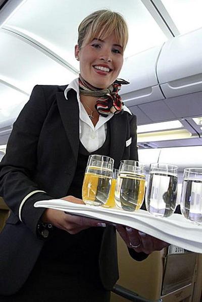 Обслуживание с улыбкой: шампанское подают на Swiss International Air Lines. Фото с сайта theepochtimes.com