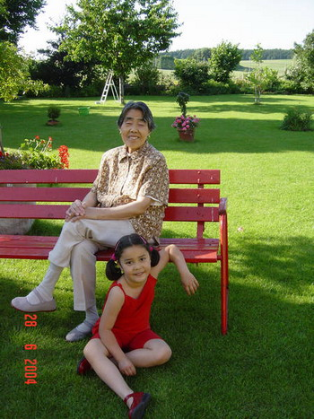 Китайцы говорят: «Старый человек - это живое сокровище». Стефани и ее бабушка в 2004 году. Фото с сайта epochtimes.de
