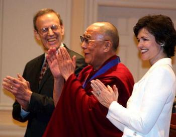 19 февраля в библиотеке Конгресса: справа от Далай-ламы Карл Гершман, президент Национального фонда за демократию (NED), слева Джуди Шелтон, исполнительный председатель NED. Далай-лама только что получил медаль. Фото с сайта epochtimes.de
