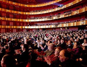 Нью-Йоркская компания Shen Yun Performing Arts выступила с аншлагом в театре Дэвида Х. Коха в Линкольн-Центре в воскресенье 16 января 2011. Фото: Дай Бин / Великая Эпоха (The Epoch Times)