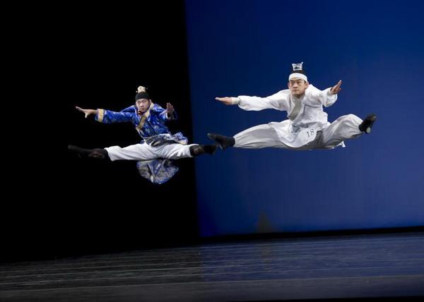 Рик Ли и Уильям Ли исполняют танец «Seven Step Poem». Фото: Dai BING/Великая Эпоха /The Epoch Times