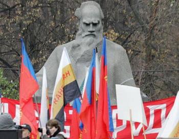 Памятник русскому писателю Льву Толстому в центре Москвы. У себя на родине Толстой по-прежнему является противоречивой фигурой. Фото с сайта theepochtimes.com