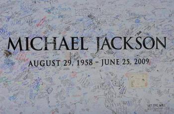 «Новость дня» от Майкла Джексона.  Не пора ли оставить мертвых в покое? Фото: MARK RALSTON/AFP/Getty Images