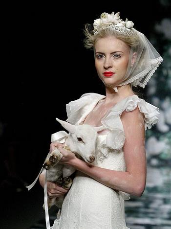 СВАДЕБНЫЙ СТИЛЬ ВЫСОКОЙ МОДЫ: Платье от испанских дизайнеров Викторио и Луччино в Барселоне. Фото с сайта theepochtimes.com