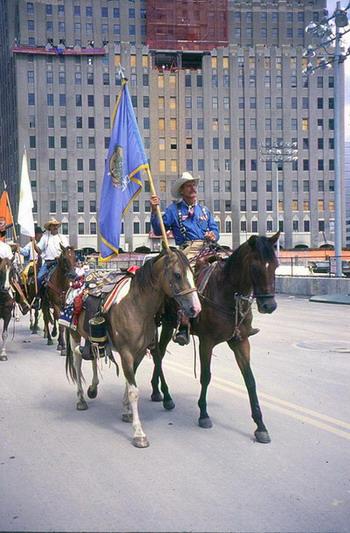 Тим Майерс возглавляет процессию ковбоев с символической  лошадью без седока по кличке Скот от Оклахома-Сити  к Ground Zero в центре Манхэттена, Нью-Йорк. Фото с сайта  theepochtimes.com