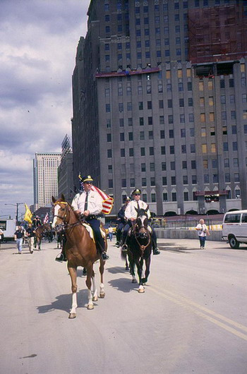 Эскорт конной полиции: конные офицеры сопровождают  торжественное  шествие. Фото с сайта  theepochtimes.com