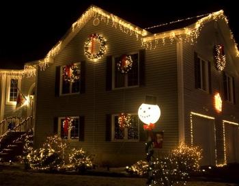 Проверьте провода новогодних гирлянд, убедитесь, что они безопасны для использования. Фото с сайта theepochtimes.com