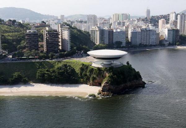 Знаменитый  Музей современного искусства дизайн в Нитерой, недалеко от Рио-де-Жанейро. Фото: VANDERLEI ALMEIDA/AFP/Getty Images