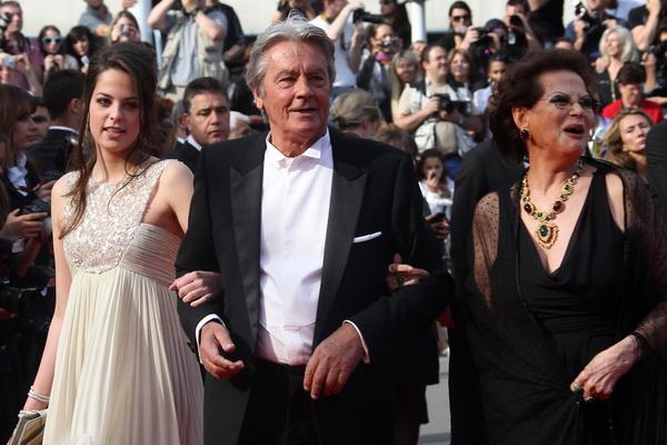 Ален Делон, итальянская актриса Клаудиа Кардинале и дочь юбиляра – Аннушка, на  63-м Каннском кинофестивале 14 мая 2010 года.  Фото: VALERY HACHE/AFP/Getty Images