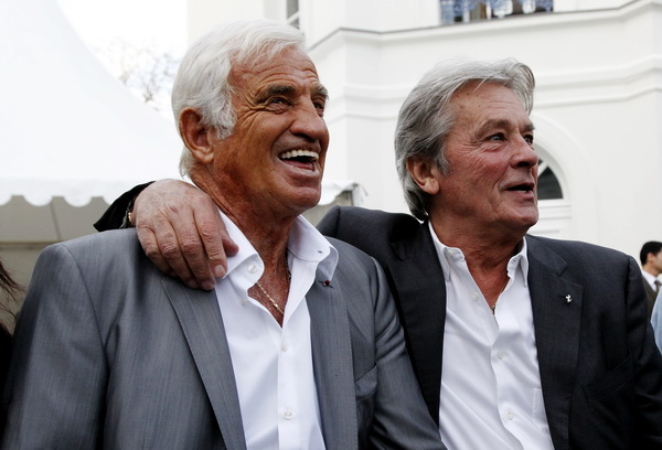 Ален Делон и французский актер Жан-Поль Бельмондо. Фото: PATRICK KOVARIK/AFP/Getty Images