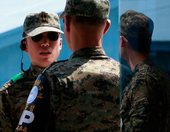 На  острове Йонпхендо снова  слышны выстрелы. Фото: Chung Sung-Jun/Getty Images