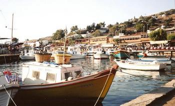 ГАВАНЬ МИНДОСА: старинное село Миндос, известнее в прежние времена как место, где пьют морскую воду. Фото: В. Рут Козак