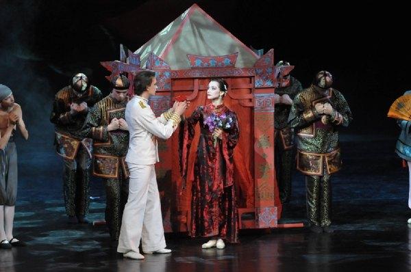 Балет «Красный мак».  Сцена из первого акта. Встреча Тао Хоа с Капитаном. Фото: Дмитрий Куликов