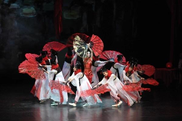 Балет «Красный мак».  Сцена из первого акта. Танец с веерами. Фото: Дмитрий Куликов