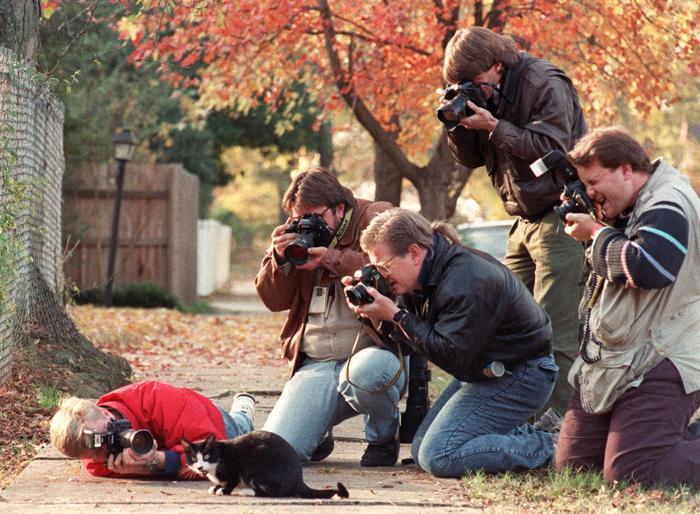 Кот Сокс Била Клинтона в окружении фотографов 17 ноября 1992 у особняка губернатора в Литл-Рок. Фото: MIKE NELSON/AFP/Getty Images