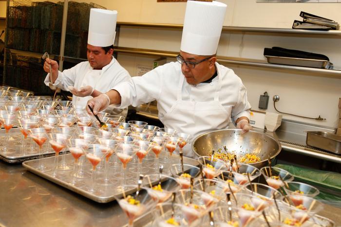 Приготовление салата, 4 февраля 2013 года. Фото: Imeh Akpanudosen/Getty Images