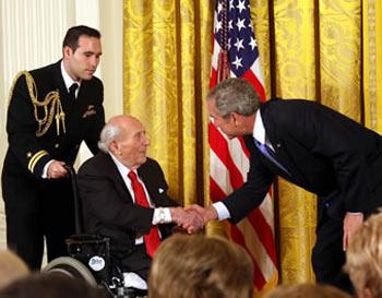 Рой Нойбергер получает Национальную Медаль Искусства от президента Буша в ноябре 2007 года. Фото: De.wikipedia.org