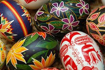 Обычай красить яйца — обязательный атрибут праздника Пасхи. Фото: photos.com
