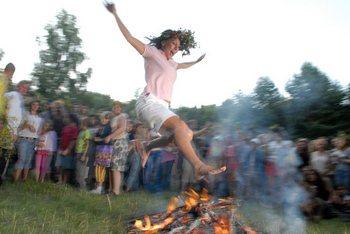 Один из купальских обычаев — прыжки через костер. Фото: Владимир Бородин/The Epoch Times