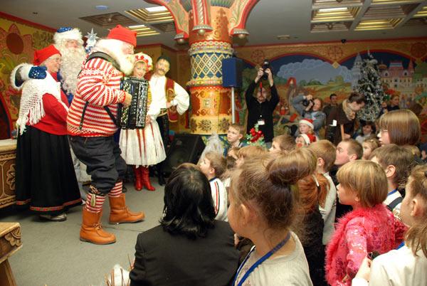 Перед тем, как вручить детям подарки, Юлениссен достал свой аккордеон и исполнил для гостей рождественскую песню. Фото: Юлия Цигун/Великая Эпоха (The Epoch Times)