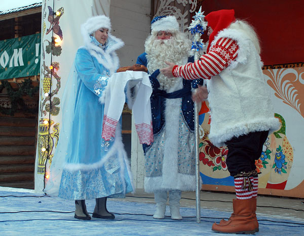 Снегурочка и Дед Мороз встретили Юлениссена с супругой Ниссемурь хлебом-солью. Фоторепортаж. Фото: Юлия Цигун/Великая Эпоха (The Epoch Times)
