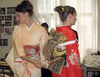 Облачение в кимоно. Фото: Татьяна Серебрякова/Великая Эпоха