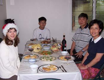 Мы сидели за праздничным столом и рассказывали о традициях и особенностях празднования   Нового года в России и Китае. Фото из семейного альбома Джинру