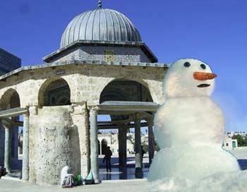 Снеговик в Иерусалиме. Фотоколлаж: Ирина Рудская/Великая Эпоха