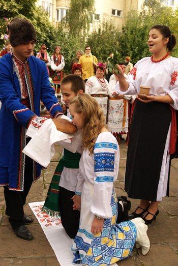 Свадебный обряд, связанный с караваем. Фото: Владимир Бородин/The Epoch Times