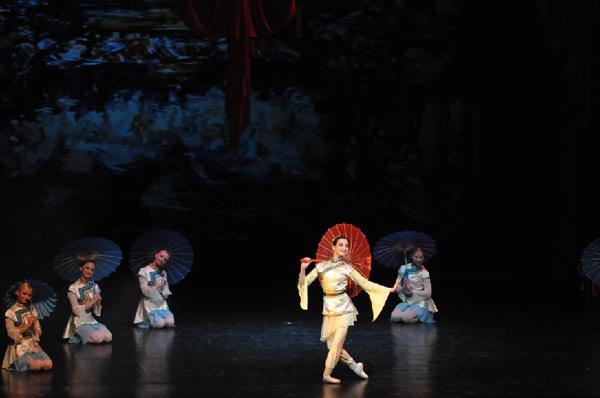 Балет «Красный мак».  Сцена из третьего акта.  Танец с зонтиками. Фото: Дмитрий Куликов