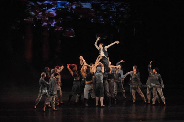 Балет «Красный мак».  Сцена из третьего акта.  Расправа народа с Ли Шань Фу. Фото: Дмитрий Куликов