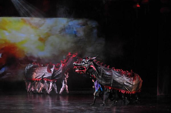 Сцена из второго акта. Сон Тао Хоа. Шествие драконов. Фото: Дмитрий Куликов