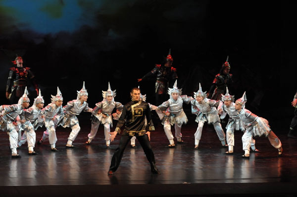 Балет «Красный мак».  Сцена из второго акта.  Схватка черных и белых сил. Фото: Дмитрий Куликов