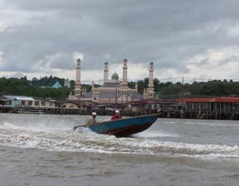 При покупке дома в деревне обязательно придется приобрести моторную лодку. Фото: Екатерина Кравцова/Великая Эпоха